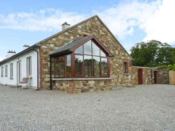 THE RANGE, semi-detached cottage, next to owner's farmhouse, parking, garden, vacation rental in Enniscorthy