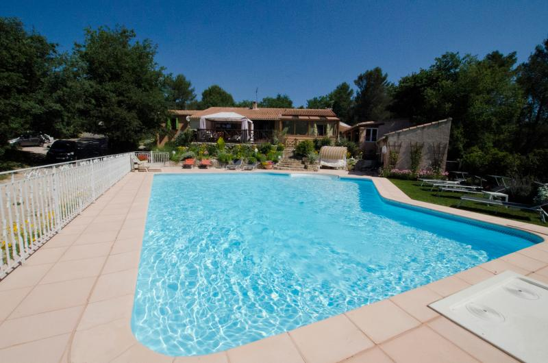 villa and pool heated and secured by fence. 102 m², 14 m x 10 au plus large. Petit bain/grand bain