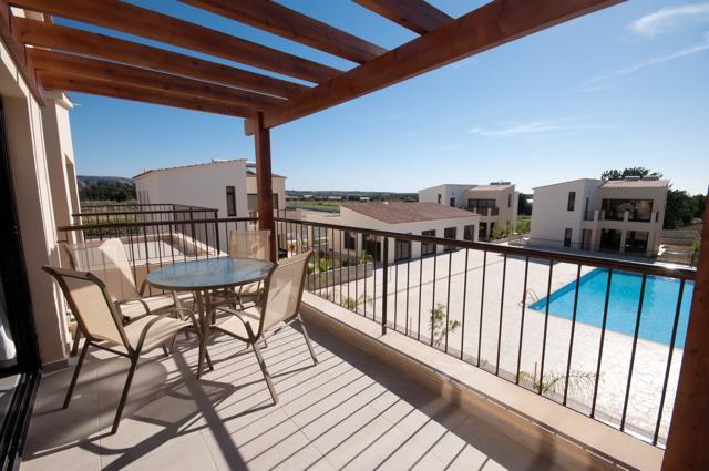 El amplio balcón con vistas a la piscina y puede ver el Mediterráneo en la distancia