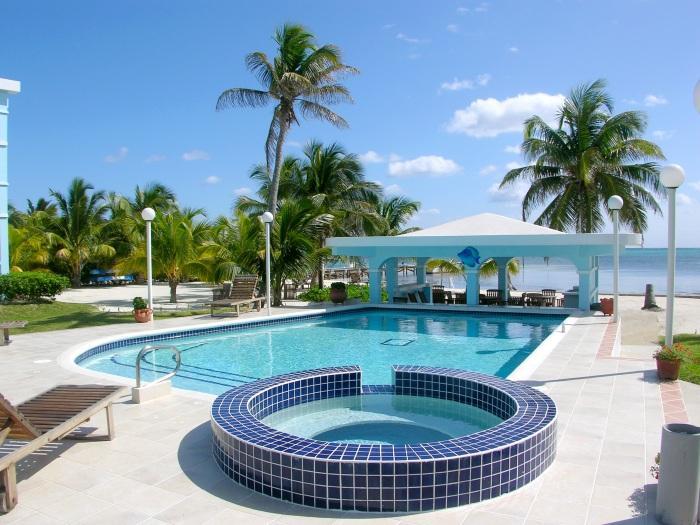 Vue sur la piscine privée, belvédère couvert et magnifiques eaux au-delà de l'océan!