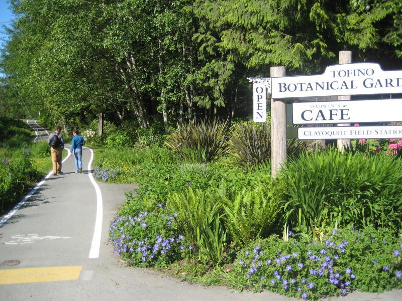 La ruta no muy lejos de su puerta conduce al Jardín Botánico de al lado, cervecería, pueblo y playas