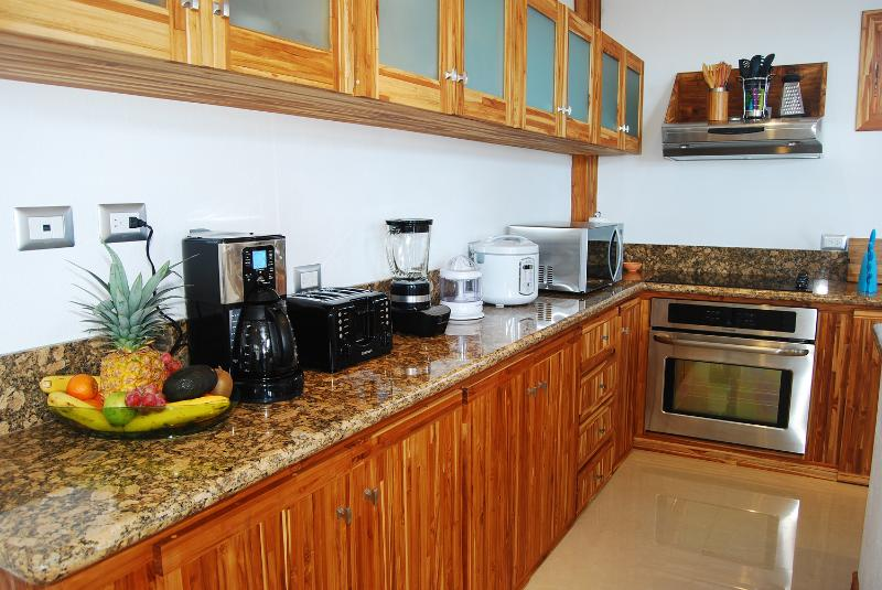 Granite counter tops & modern appliances