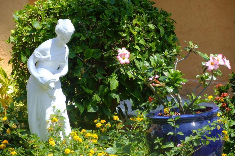 Estatua en el jardín al amanecer