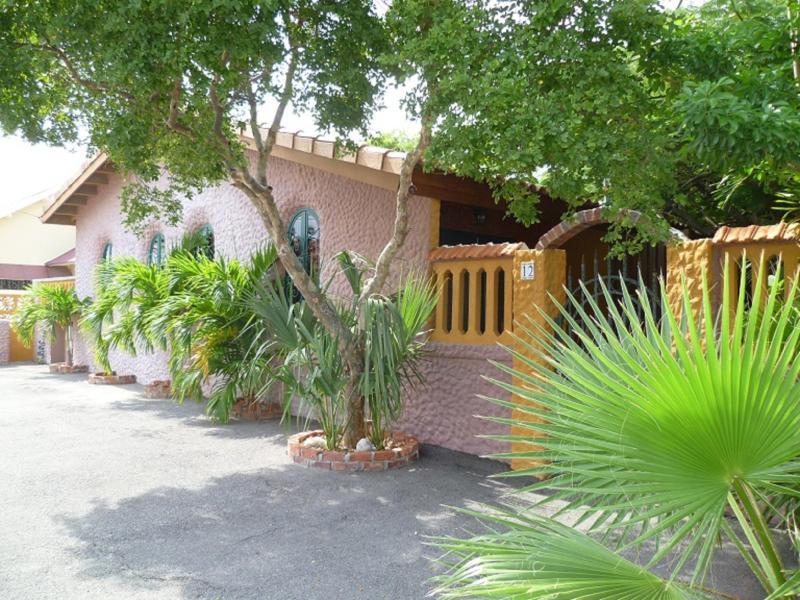 Flamboyant garden villas center of Oranjestad, vacation rental in Oranjestad