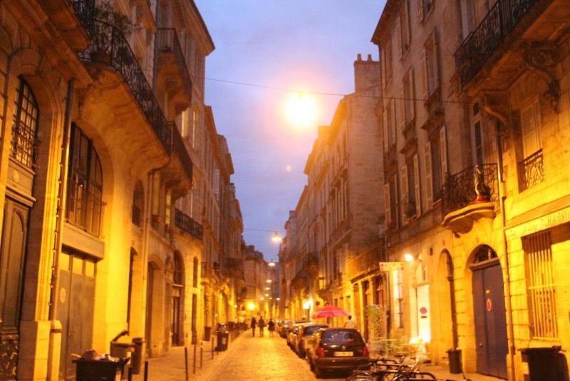 La rue classique où l'immeuble est situé