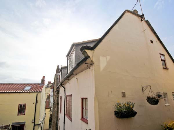 BRINCLIFFE COTTAGE, original features, large sitting room, spiral staircase, in, location de vacances à Ravenscar