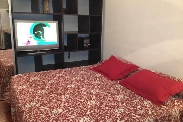 Queen Size Bed, met zomer bedspread.