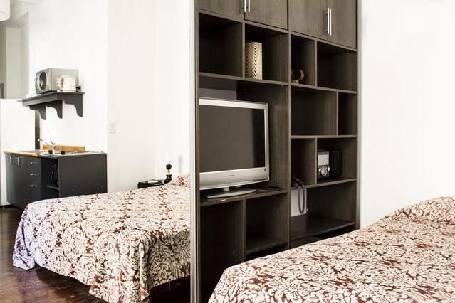 Bed, TV en een grote spiegel