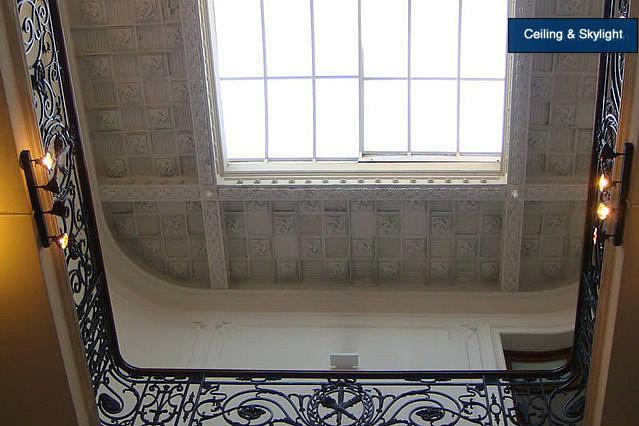 Gebouw plafond, met dakraam en Molding