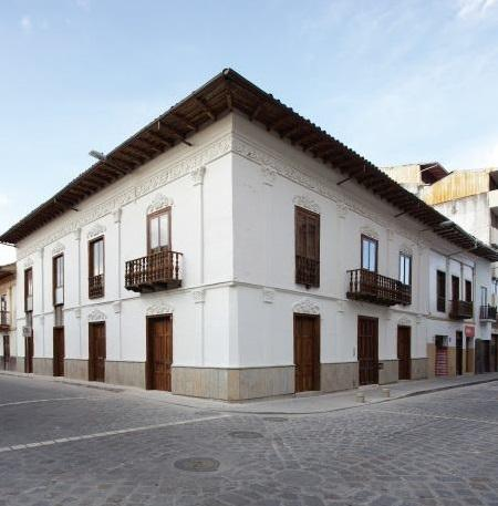 Colonial building near Parque Calderón