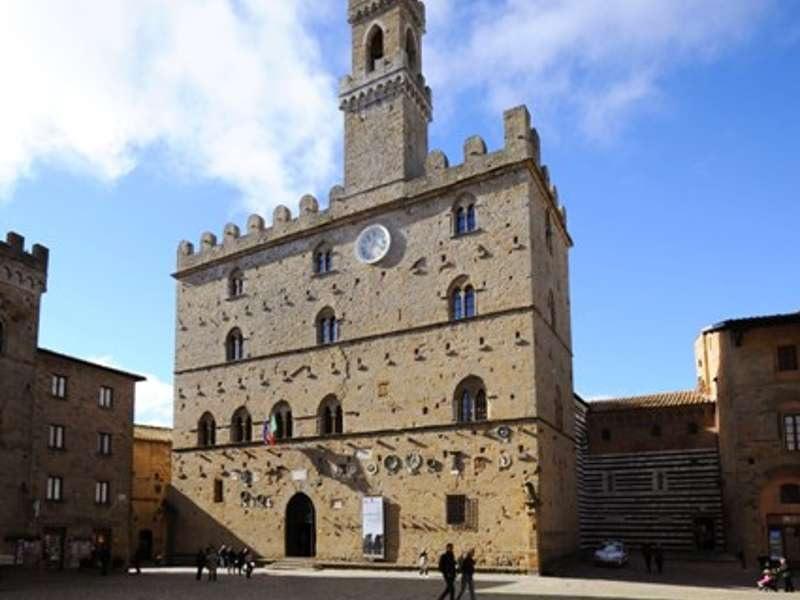 25 minutes by car to Palazzo dei Priori, Volterra