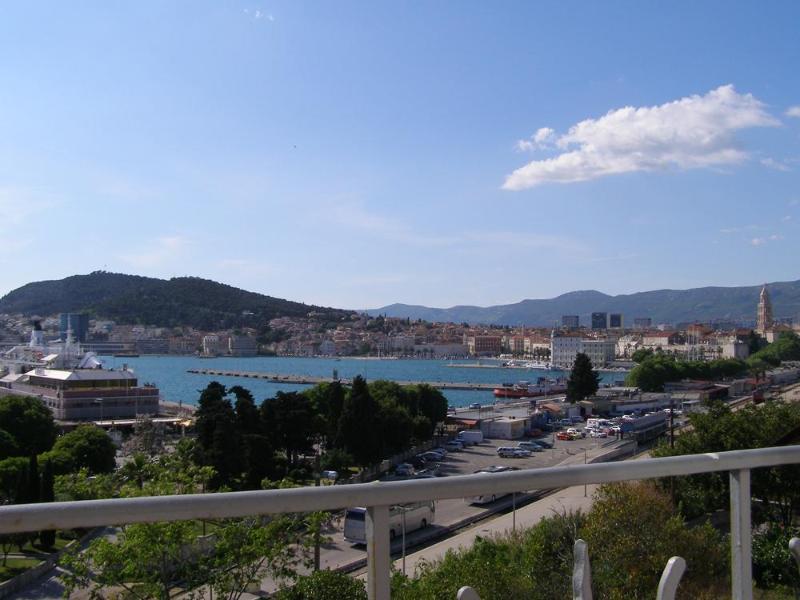 Balcon avec vue sur le port de Split et de la vieille ville