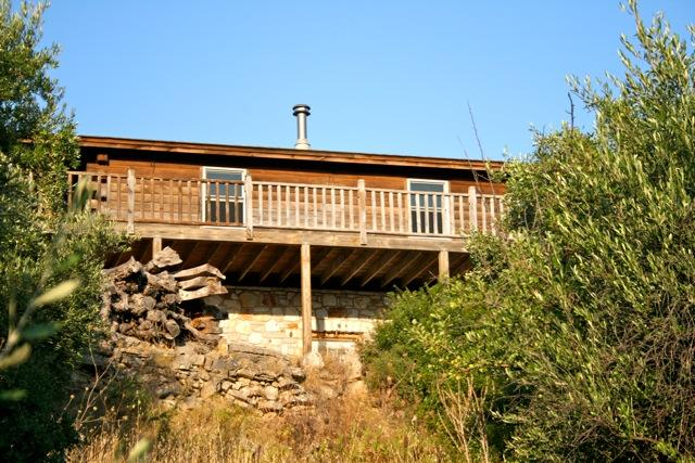 Le fait main Log Cabin, avec le balcon en bois face à l'Est
