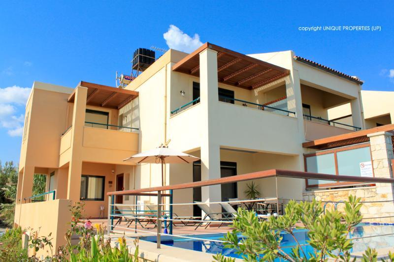 Coral 3BR Villa Just 200m from the Beach, Kamissiana Chania, alquiler de vacaciones en Kamisiana