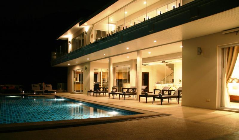 Avant de la Villa pendant la nuit