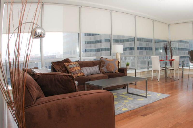 Salon avec des meubles de West Elm et Bo Concept