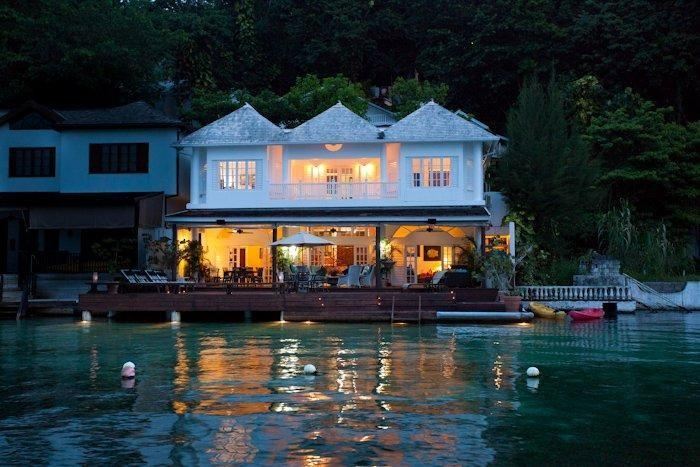 WATERFRONT VILLA, FULLY STAFFED! Mamiti Blue, Port Antonio 5BR, holiday rental in Long Bay