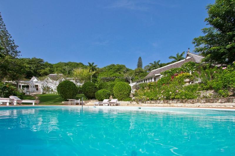 Luxury Beach Resort! Gym! Tennis! Golf! Pool! Fully Staffed!Avalon-Riverlot, holiday rental in Lucea