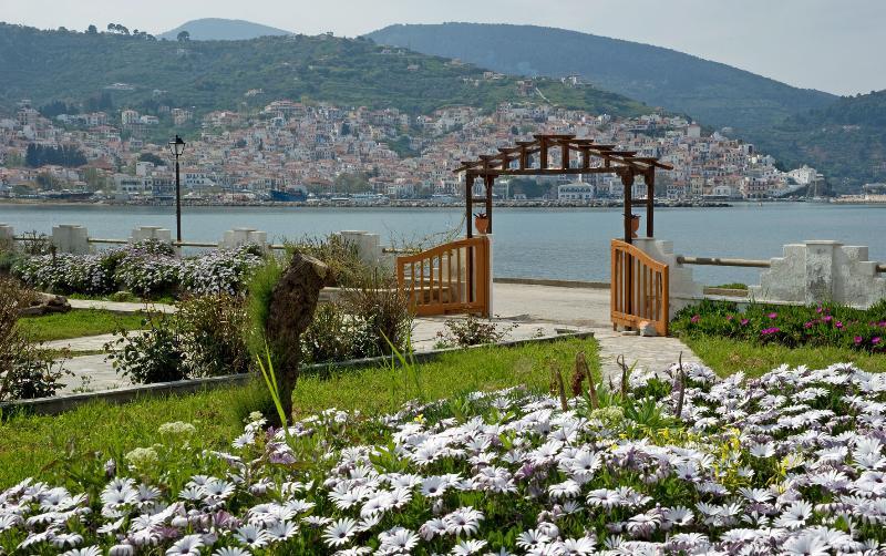Del Sol. Villa Studios accross  sea, Pool & Tennis, location de vacances à Ville de Skopelos