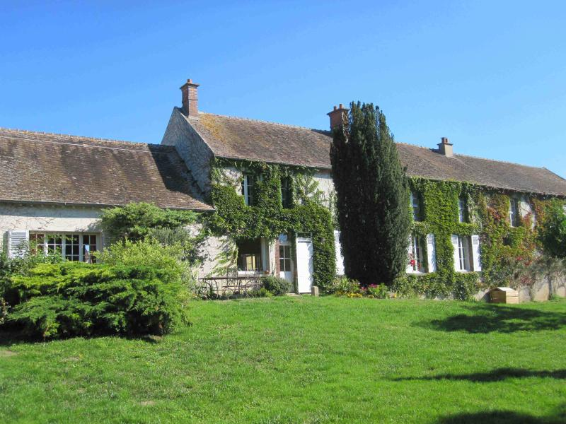 Idyllic guesthouse near Paris for up to 30 people, holiday rental in Sainte-Colombe