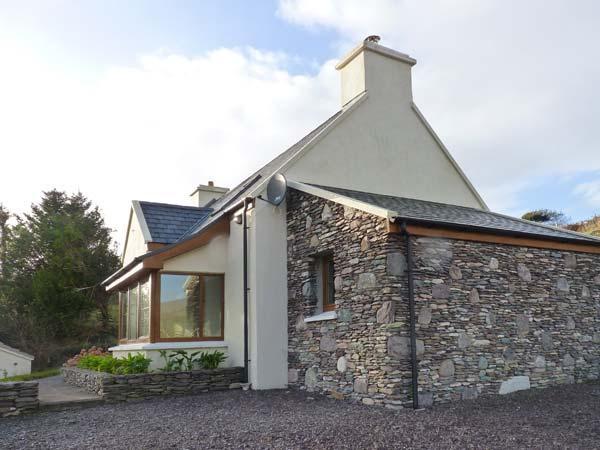 GALLIVANS, luxury detached cottage, en-suites, open fire, sea views, beach, holiday rental in Caherdaniel