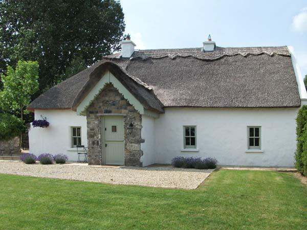 THE HUMBLE DAISY, open fire, original parlour, pet friendly, rowing boat, near, vacation rental in Garrykennedy