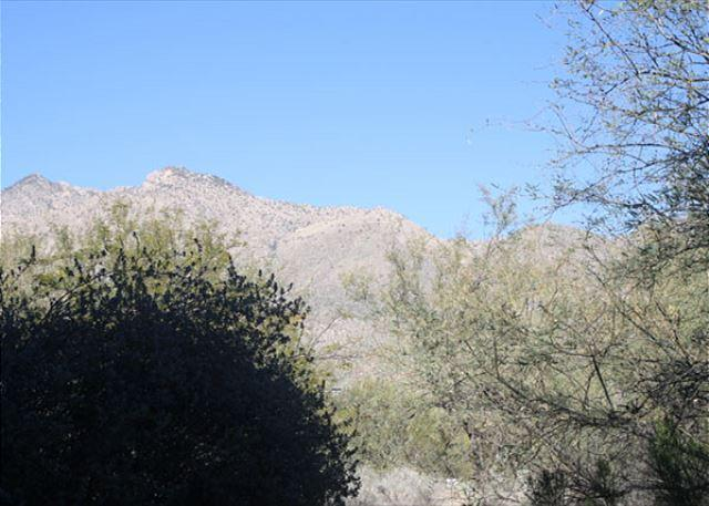 3 Bedroom Corner First Floor with Mountain Views and Walk in Shower, holiday rental in Tucson