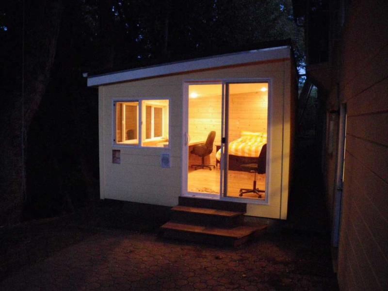 Cottage a rideaux sur les fenêtres