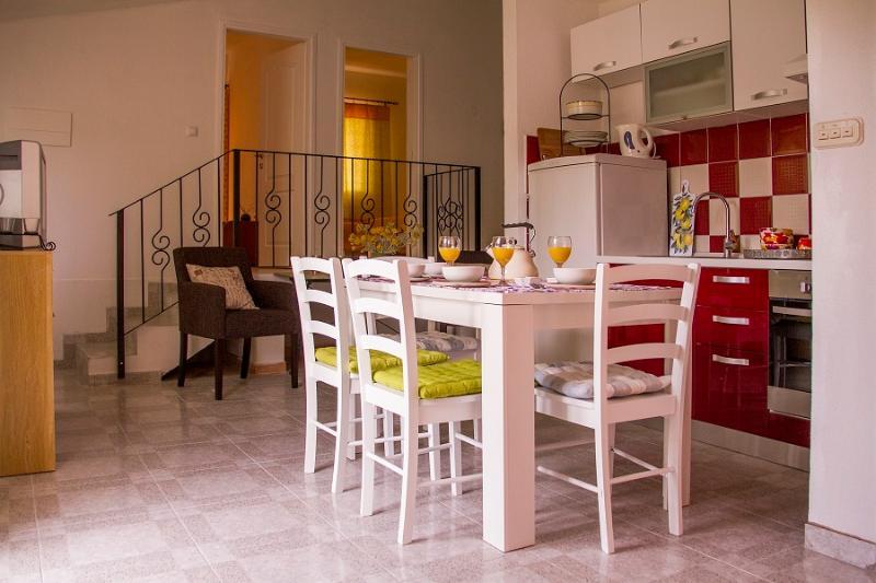 Apartment DALIA, Estate under the Paintbrush, Rukavac, Vis Island, location de vacances à Island of Vis