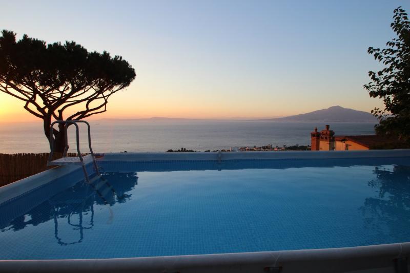 El anterior suelo de la piscina con vistas a la bahía de Nápoles