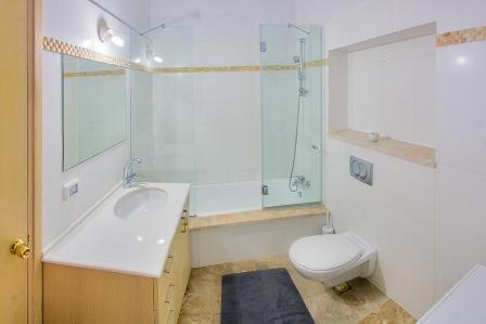 salle de bain avec baignoire - lave-linge et sèche-linge
