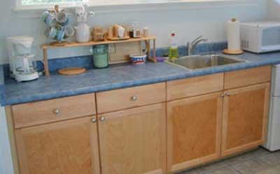 A kitchenette está arrumado, mas bem equipado.