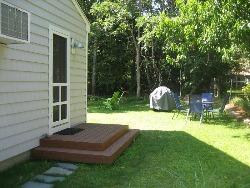 Porta lateral e área de refeições ao ar livre com grade do propano