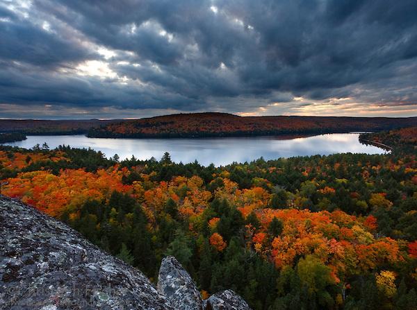 Folhagem de outono do lago do Canadá