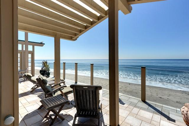 Gracious, elegant beachfront home, gated & private set in a garden w/ 60' deck!, holiday rental in Malibu
