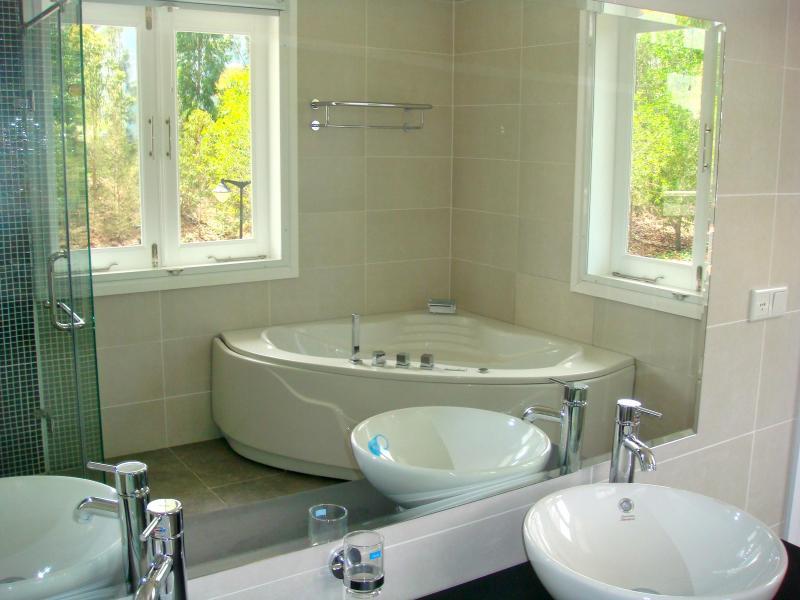 EN - Suite banheira de hidromassagem e duche separado