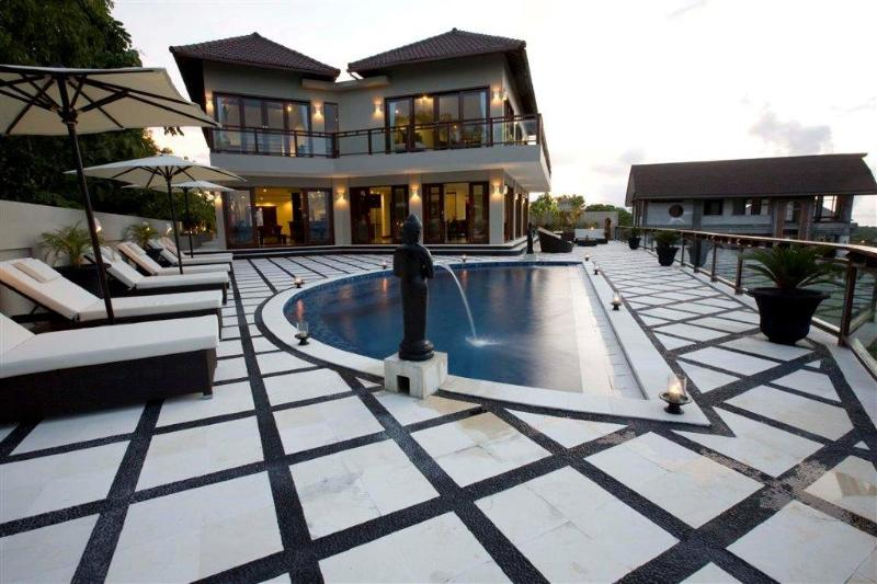 Villa & Pool Oveview