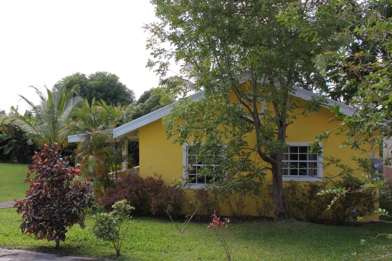 Cute Little Cottage 3 mins drive to Beach, Ferienwohnung in Bridgetown