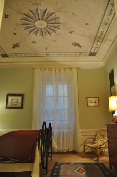 bedroom - decorated ceiling