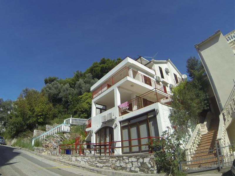 Apartment with sea and mountain views, aluguéis de temporada em Petrovac