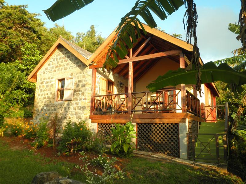 Little Cocoa - a unique, hideaway holiday cottage, alquiler de vacaciones en Crochu