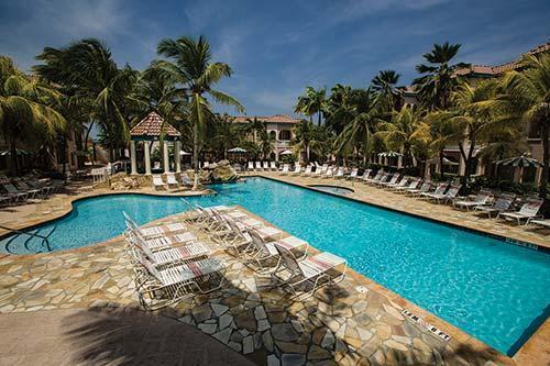 Un montón de tumbonas, mesas y sombrillas están disponibles alrededor de la piscina de vuelta ..