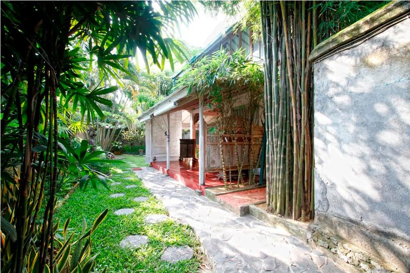 Bali Cozy Villa Close to The Blue Ocean Beach, holiday rental in Kuta