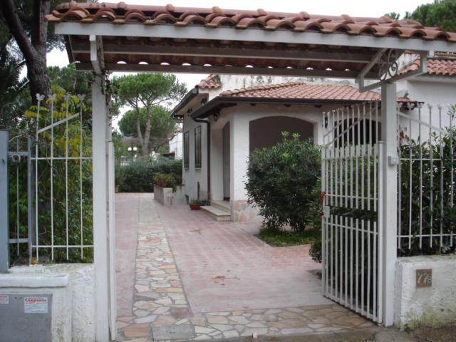 Charming 3 bedroom seaside villa in Baia Domizia, location de vacances à Province of Caserta