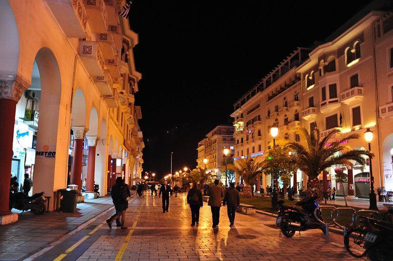Thessalonique par nuit à la place Aristotelous