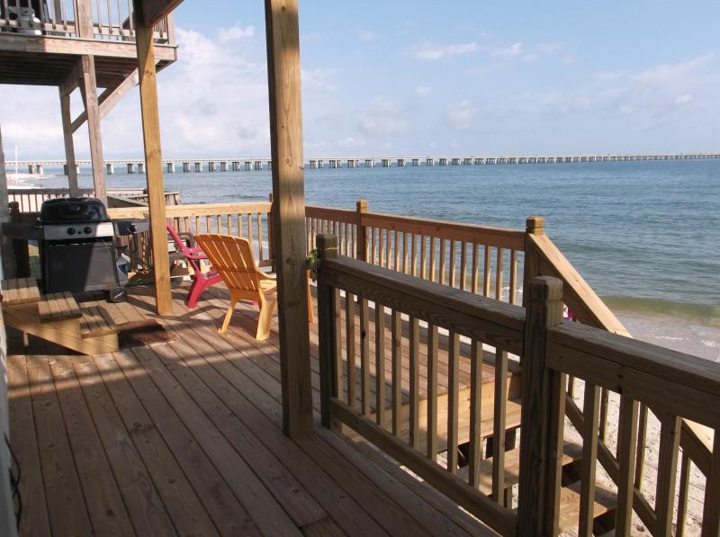 BEACHFRONT - $1M views and Private Beach Access, alquiler de vacaciones en Virginia Beach