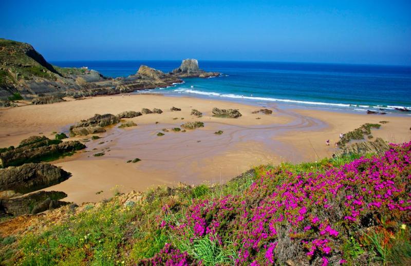 Zambujera de mar is a 15 min drive from the house
