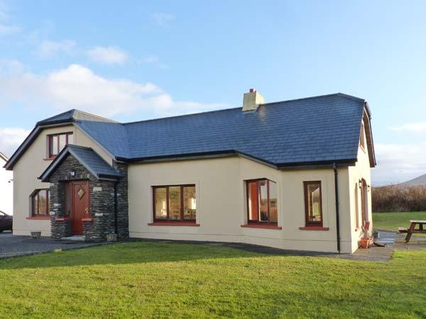 ARCHITECT HOUSE, stylish property in rural setting, open fire, garden, holiday rental in Dunquin