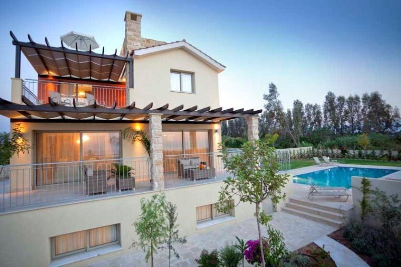 Exclusive Luxury Villa - Private Sandy Beach - Jacuzzi - Sauna - Infinity Pool, vacation rental in Limni
