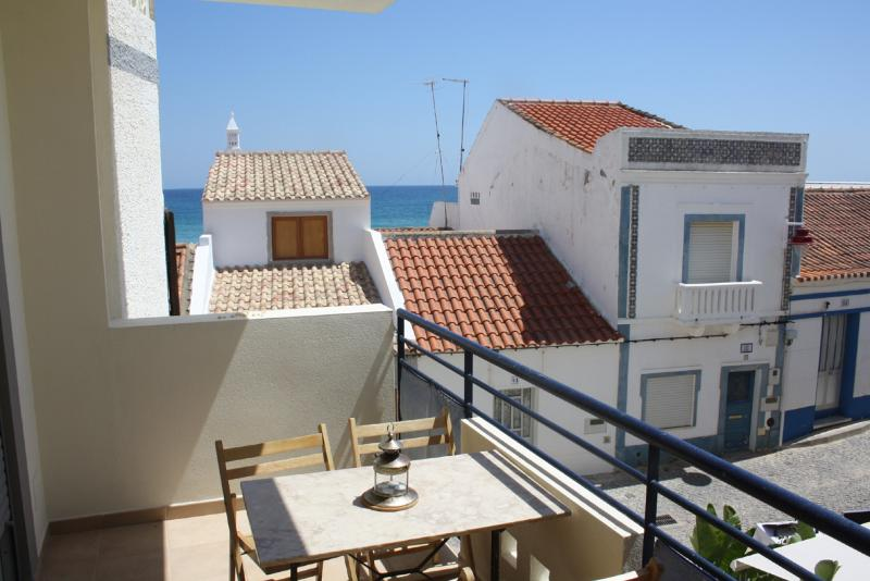 Modern apartment 30m from Salema beach with pool, vacation rental in Faro District